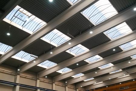 Hohe Halle mit Tageslichtautomatik Referenzz